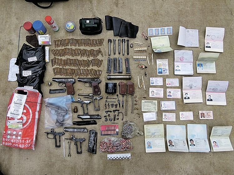 Бандиты сами делали пистолеты, которые стреляли бесшумно, и сами крутили патроны для них. Вот их арсенал и документы. Фото: СК РФ