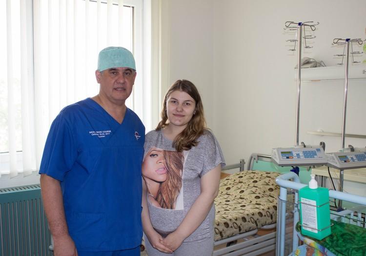 Счастливая мамам смогла лично поблагодарить Альберта Суфианова за успешную уникальную операцию. Фото Тюменского нейроцентра