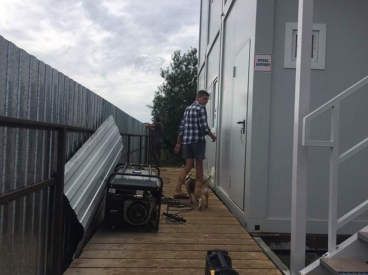 Побережье огорожено забором