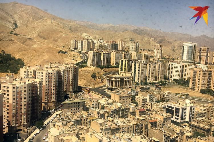 Север Тегерана, богатые кварталы. На здании справа внизу на крыше установлены спутниковые антенны. Они запрещены в Иране, чтобы не подвергаться тлетворному влиянию западного ТВ. Но некоторые - хотя это дорого и незаконно - все равно их устанавливают