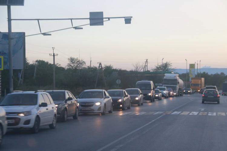 Феодосия. Водители стоят в пробке в сторону Керчи