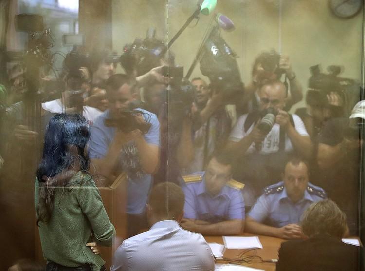 Кристина Хачатурян, обвиняемая в соучастии в жестоком убийстве своего отца, во время избрания меры пресечения в Останкинском суде. ФОТО Вячеслав Прокофьев/ТАСС