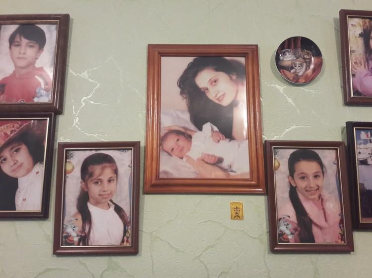 Рамки с фотографиями Аурелии и дочек висят на стене в квартире бабушки в Приднестровье.