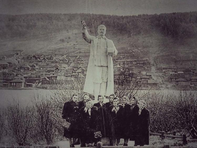 """Когда-то памятник стоял в городском парке, но сейчас это место находится в плачевном состоянии. Фото: газета """"Жизнь района""""."""