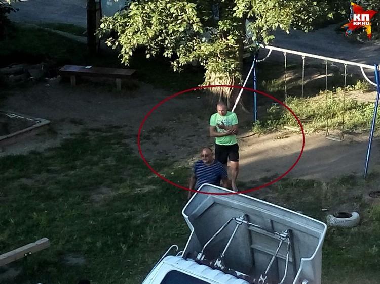 Те самые мужчины, которые напали на Вику: сибирячка сфотографировала их уже из окна своей квартиры.