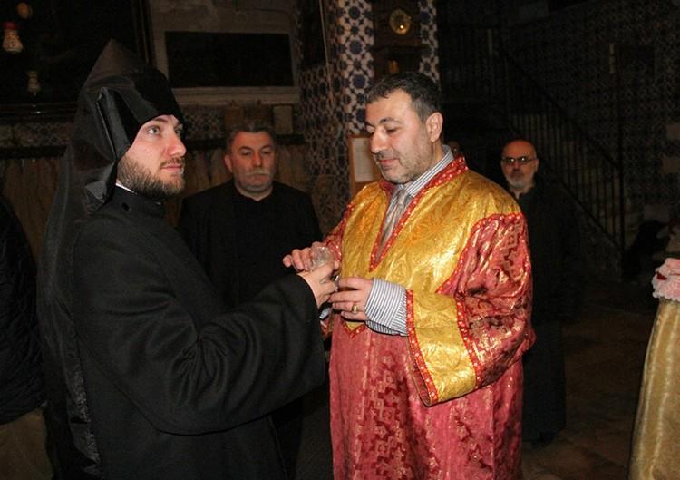 И все же, если Михаил Хачатурян был простым прихожанином, то откуда на его страничке в соцсетях столько фотографий в церковном облачении?