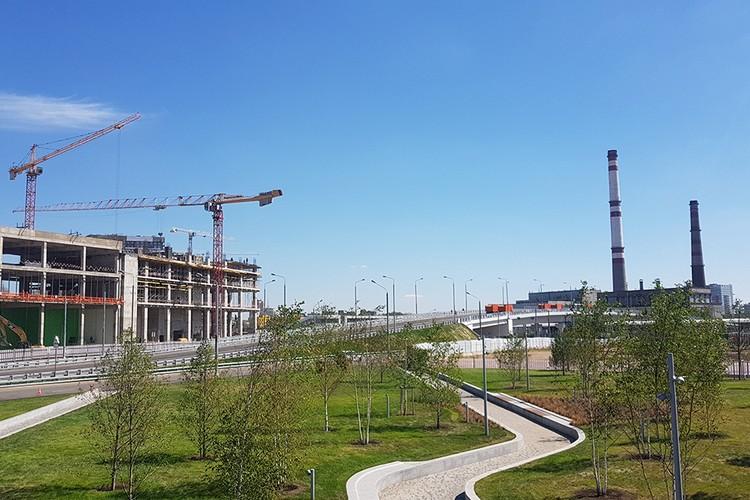 Проспект Лихачева пересекает МЦК, поэтому вместе с дорогой была построена эстакада.