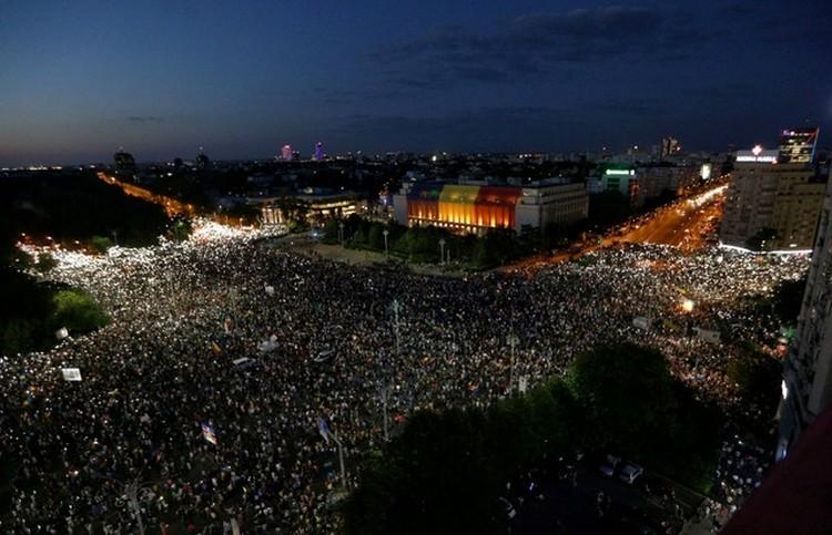 Людей на площади Победы в Бухаресте становится все больше