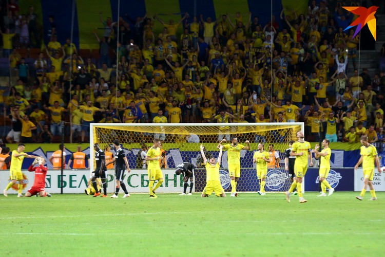 Футболисты БАТЭ празднуют выход в следующий отборочный раунд