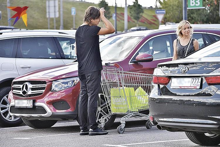 Прохор и Виталина набрали две сумки продуктов, словно закупались на неделю. Фото: Татьяна ПРОХОРОВА