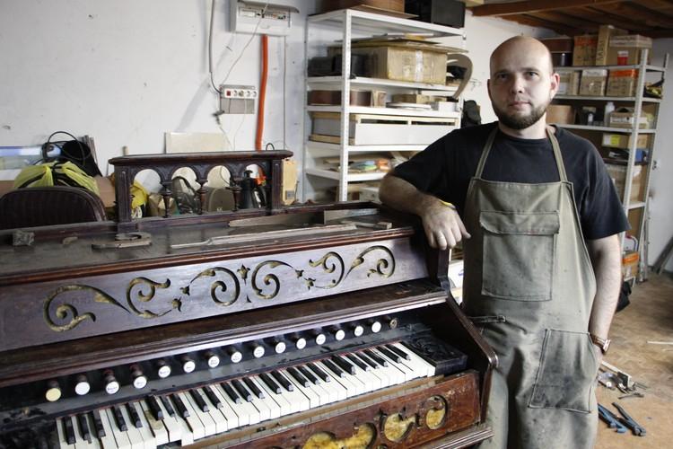 Необычный экспонат привезли на реставрацию благовещенскому гитарному мастеру Илье Ли. Фото: Анатолий ЛЕВСКОЙ