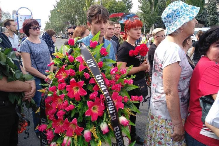 Деки возложил венок от братского сербского народа. Фото: Inside Donetsk