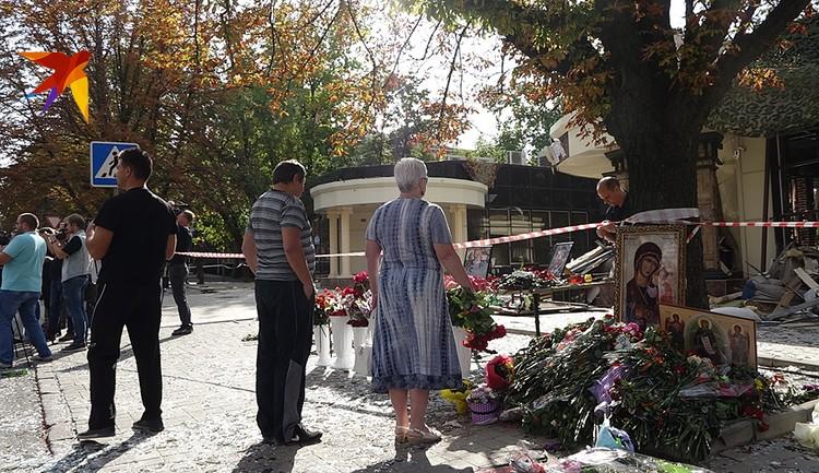 К кафе «Сепар», где оборвалась жизнь главы ДНР, люди продолжают нести цветы и иконы