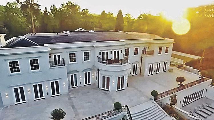 ...так что в графстве Суррей у нее вот такой особняк. Цена - 23 млн. фунтов (более 2 млрд. рублей). Его сейчас и хотят отобрать. Фото: youtube.com