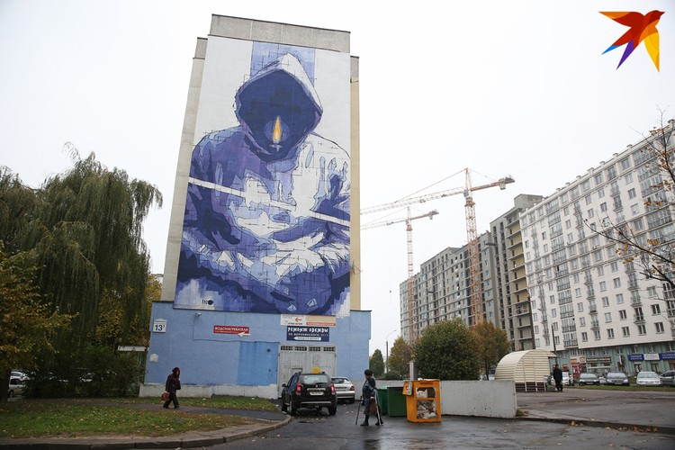 Мурал с человеком без лица на улице Воронянского минчане прозвали ангелом смерти. Но этот образ не понравился местным жителям, и произведение после нескольких лет споров закрасили.