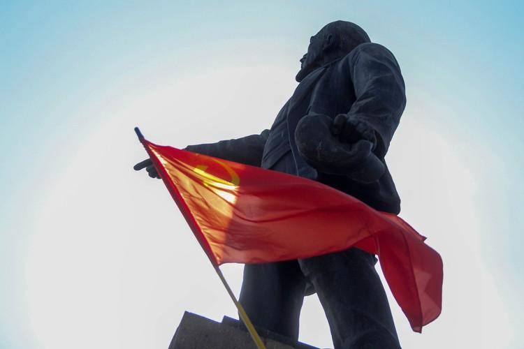 Организаторы выступали возле памятника Ленину