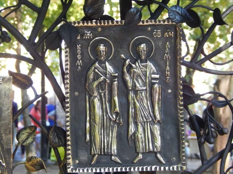 Храм украшает икона святых Космы и Дамиана