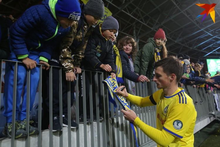 Автографы после матча.