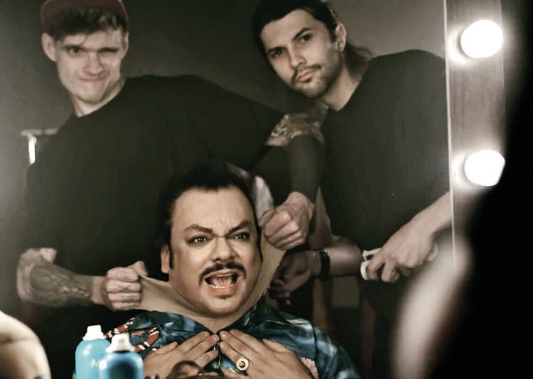 Попутно Киркоров высмеял вечную борьбу звезд шоу-бизнеса с лишним весом. Фото: Кадр из клипа «Ибица»
