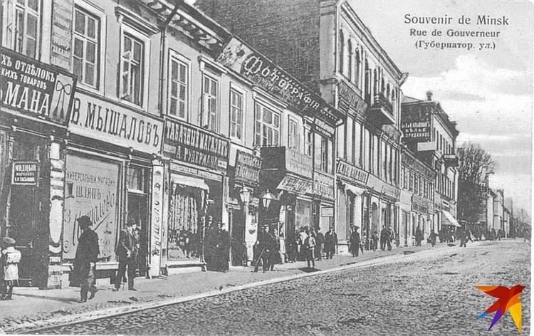 На Губернаторской (нынешней улицей Ленина) находилось сразу несколько фотоателье в XIX веке – на этом фото в центре мастерская Гершона Миранского.