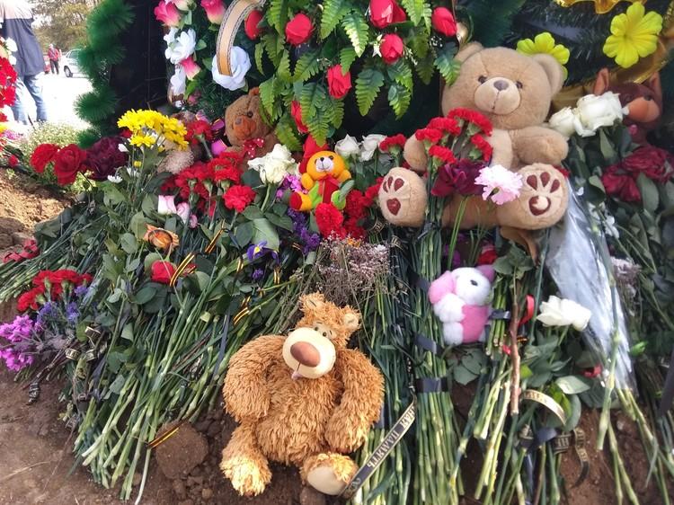 Родственники приносили на кладбище игрушки.