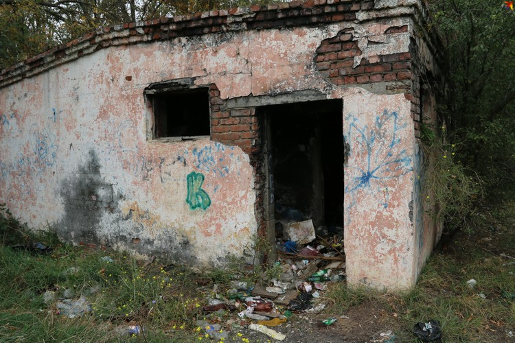 Старые общественные туалеты на стадионе стали ночлежками для бомжей