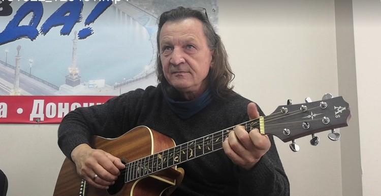 """Владими Скобцов в гостях у """"КП"""" тоже исполнил свои композиции."""