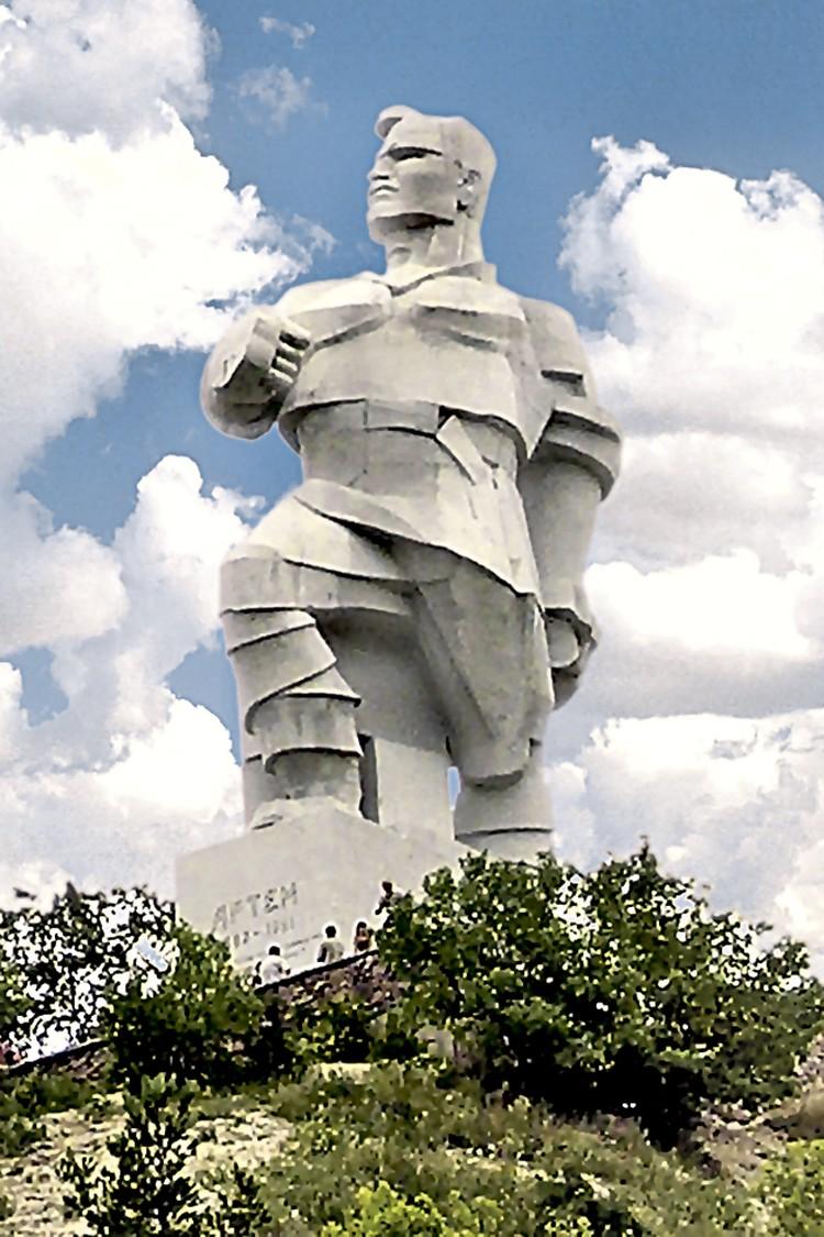На горе над Святогорским монастырем возвышается памятник большевику Артему. Украинские националисты пока не покушаются на него, хотя призывы снести монумент звучали неоднократно.