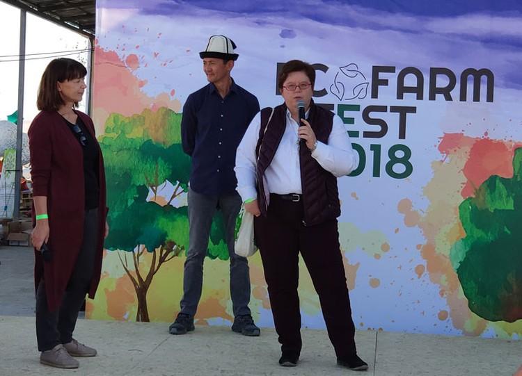 Посол Германии в Кыргызстане Моника Иверсен и организатор экофеста Данияр Алымов поприветствовали гостей и участников.