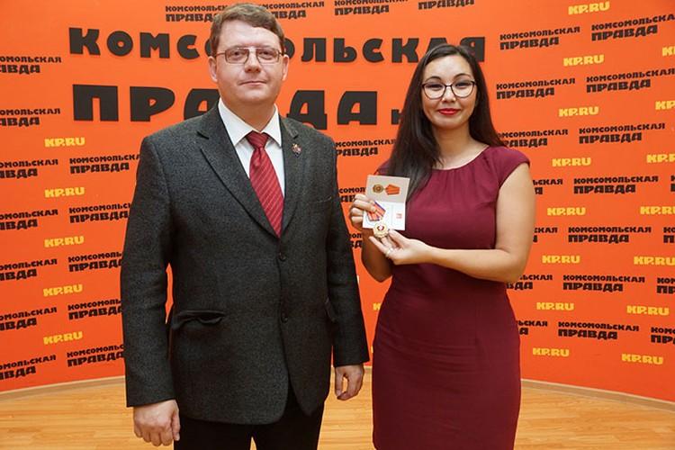 Первый секретарь Самарского обкома КПРФ Алексей Лескин торжественно вручил редакции орден.