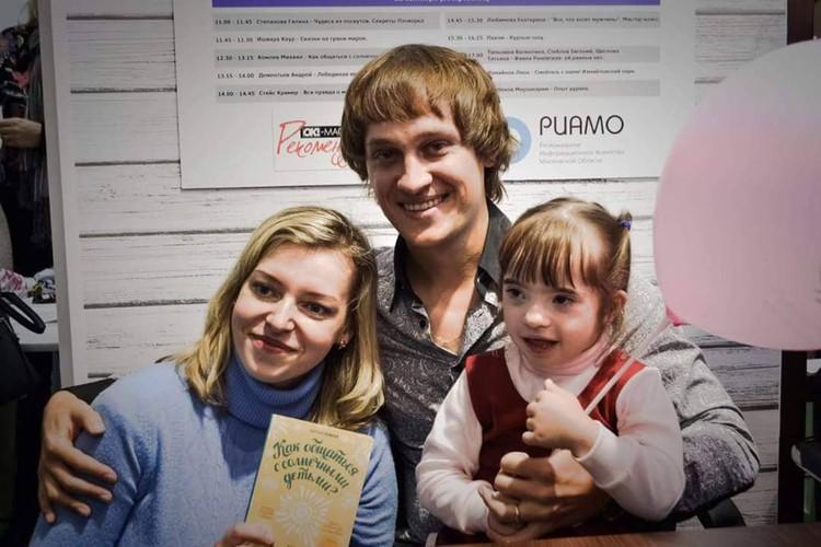 Светлана Рашванд с дочкой Аней на презентации книги Михаила Комлева в Москве