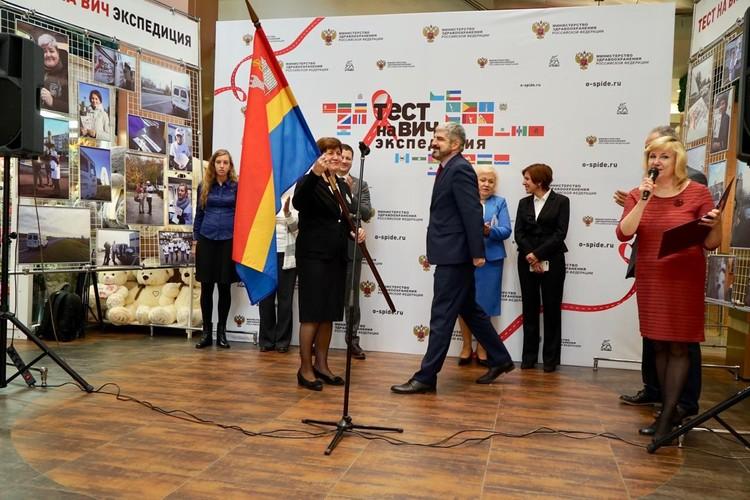 В завершение экспедиции состоялась передача флага Калининградской области организаторам акции.