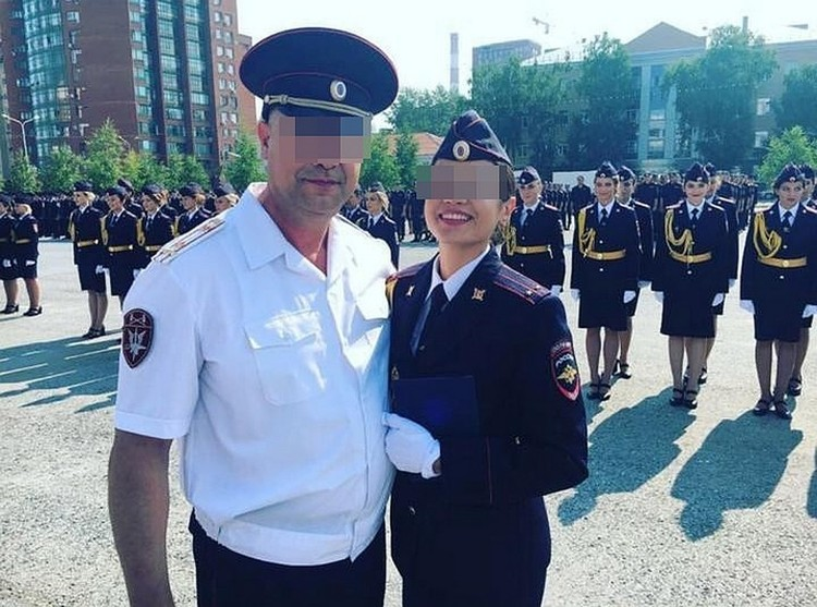 Гузель на своим отцом на вручении диплома. Через два месяца она пришла на работу в отдел полиции по Уфимскому району