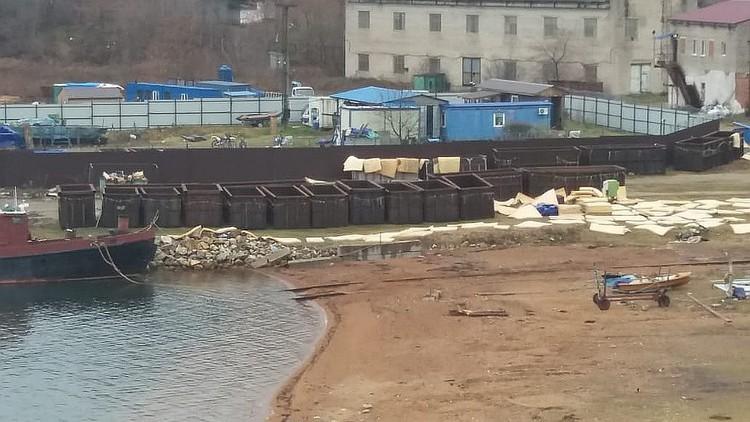 В таких мусорных контейнерах и содержали детёнышей морских млекопитающих. Фото: Нина ЗЫРЯНОВА.