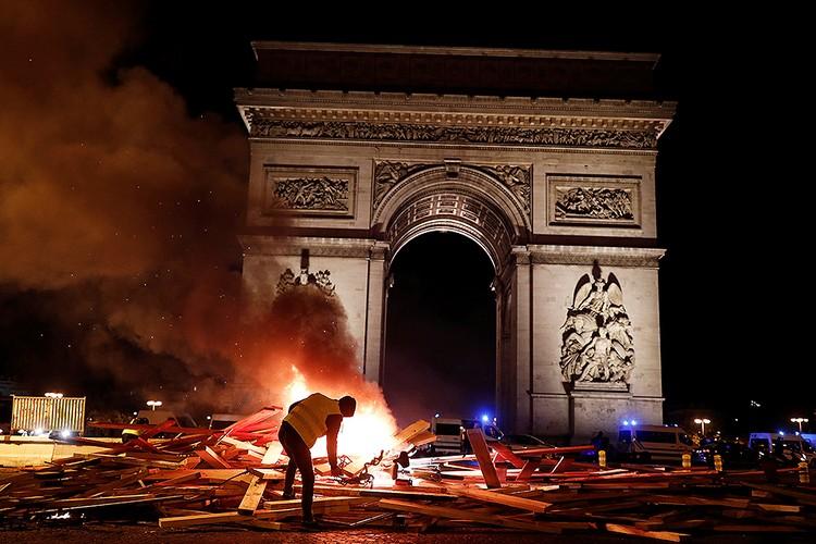 Горящие баррикады у Триумфальной арки.