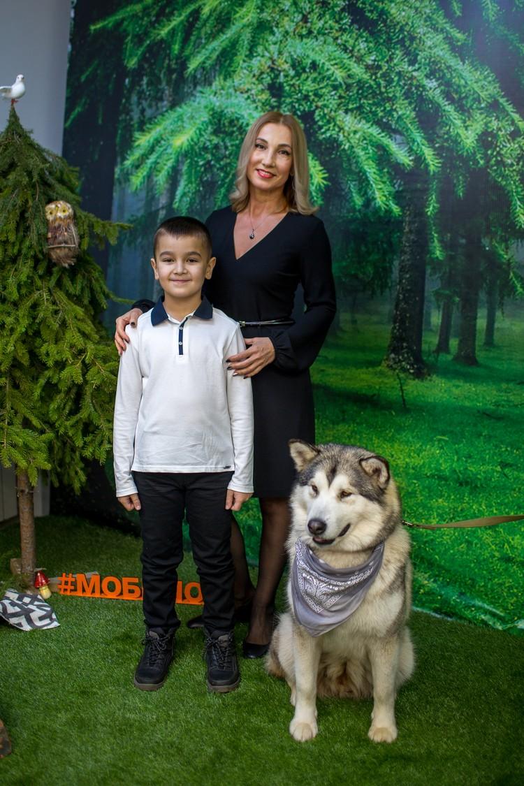 В шоу-руме гостей ждала фотосессия с замечательными животными: собака хаски и лемур