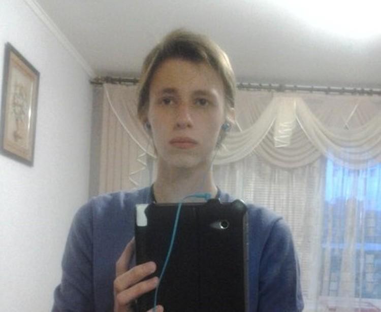 Такие фото Артема сейчас бродят по сети. Среди пользователей ходит слух, что у него была несчастная любовь