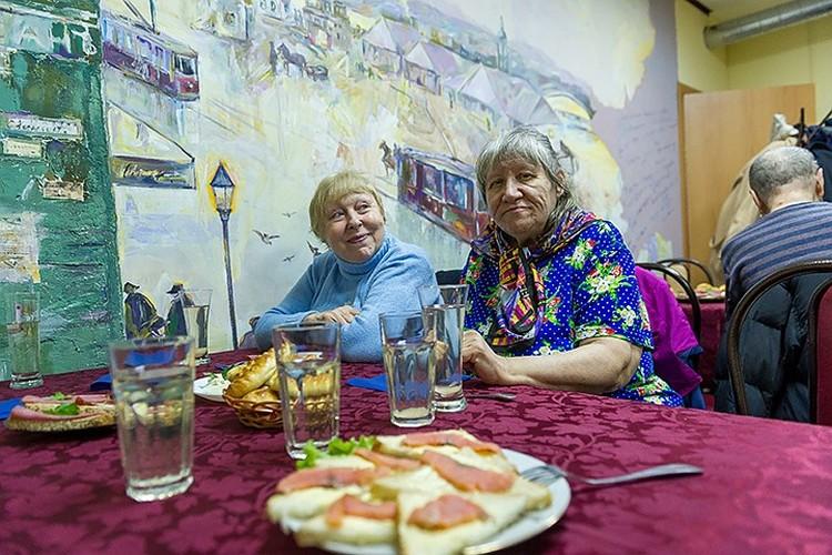 В петербургском Добродомике очень много одиноких пенсионеров. Они приходят сюда в том числе за общением.