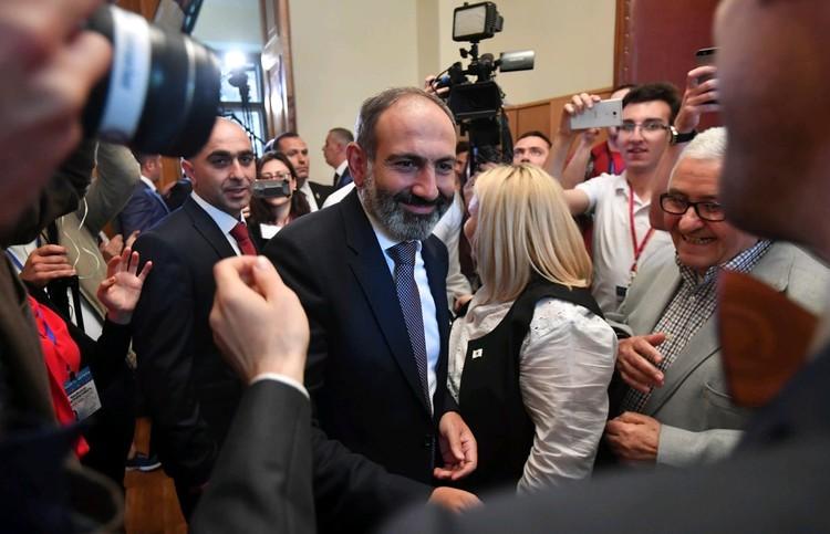 Май 2018 года. Никол Пашинян принимает поздравления с избранием его на должность премьер-министра Армении.
