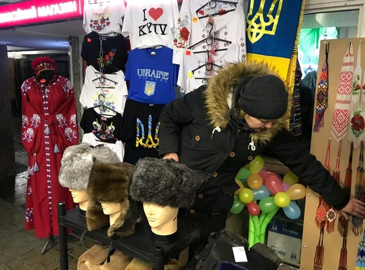 Торговля украинскими сувенирами в переходе Киева.