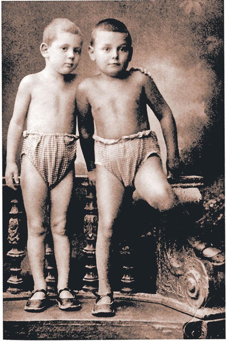 Артем Сергеев, приемный сын вождя (справа), и Василий Сталин, 1926 год.