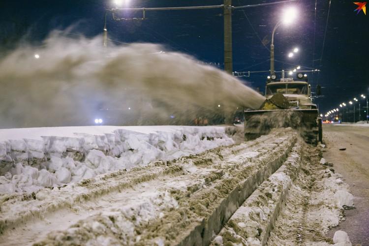 Работают на дорогах города и шнекороторы. Они используются только там, где есть куда выбрасывать снег. Задача такой техники – убрать заужение Фото: Сергей Грачев