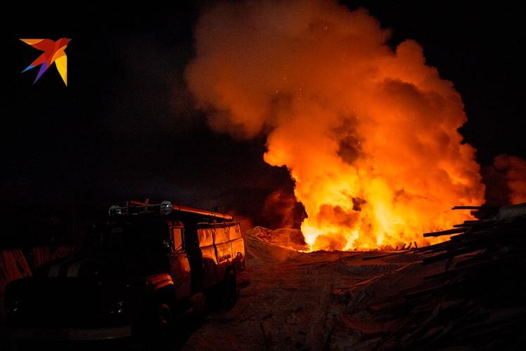 Остатки леса горят в яме