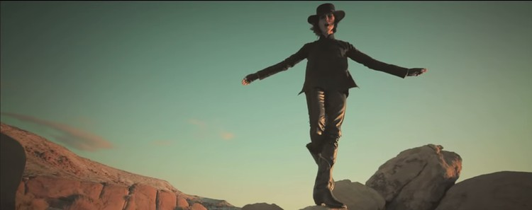 Фото: скриншот из клипа IAMX - I Come with Knives.