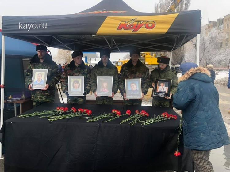 Солдаты держат в руках фото погибших