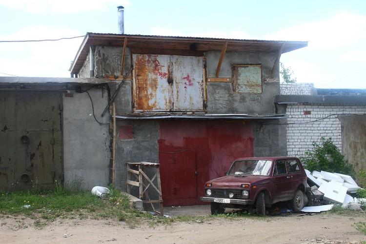 Такие гаражи у Дмитрия Макарова разбросаны по всему Автозаводу.
