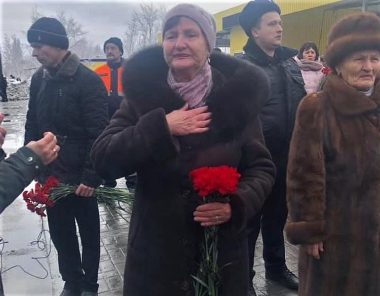 Мы, действительно, переживаем эту трагедию как свою, - говорит пожилая женщина, прижимая к груди живые гвоздики.