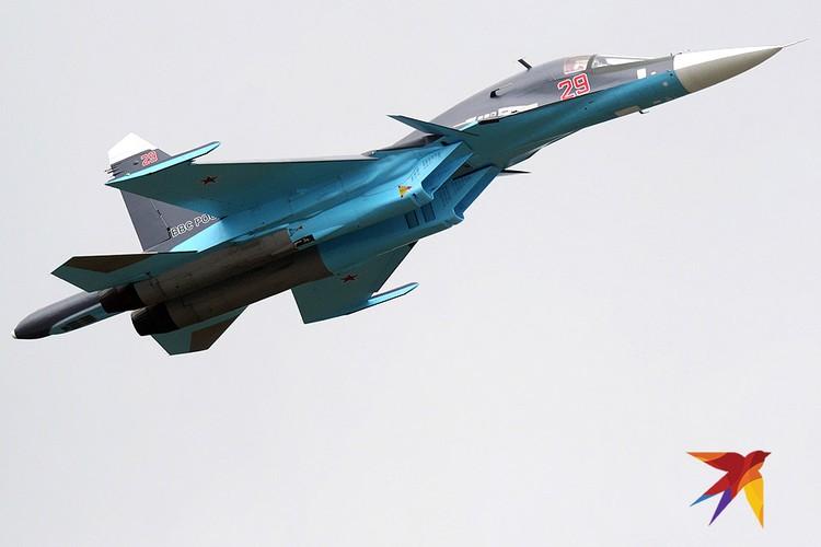 """Су-34 в воздухе на авиасалоне """"МАКС""""."""