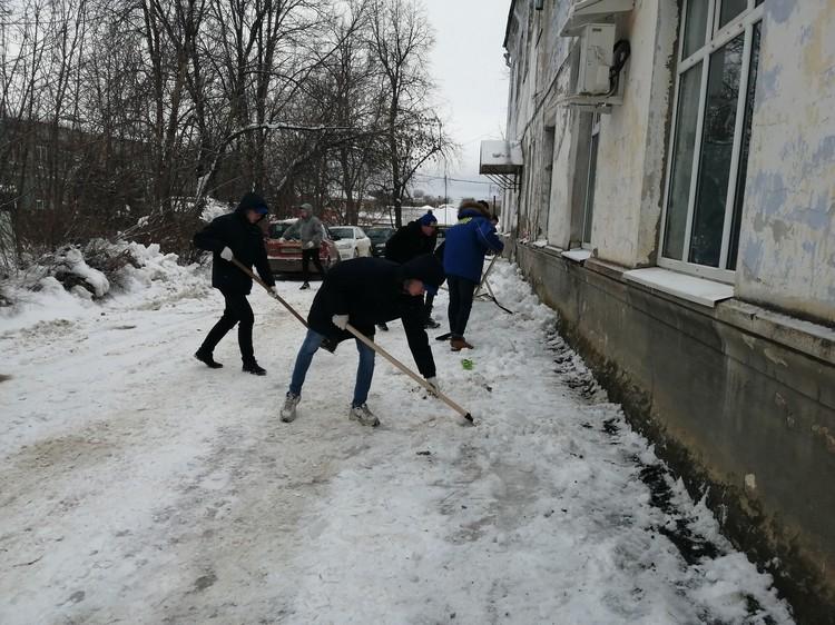 Волонтеры чистят снег