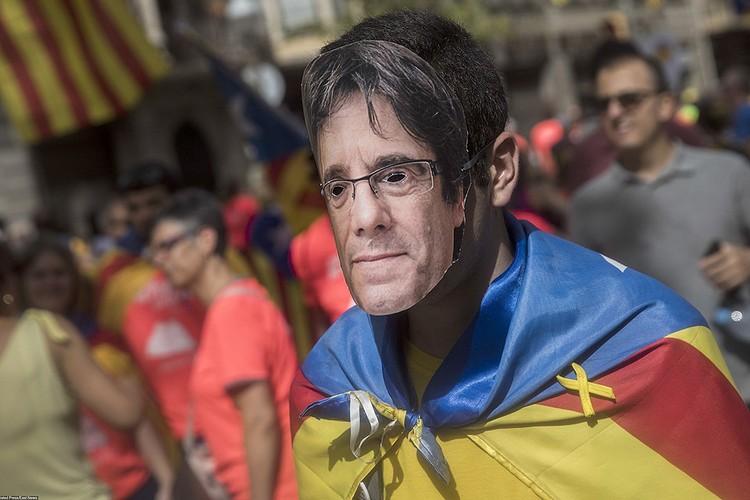 Пучдемон в статусе политэмигранта живёт в Бельгии, а маски с его фотографией пользуются популярностью на митингах сторонников независимой Каталонии.